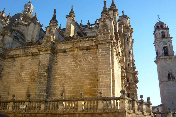 Le clocher de la cathédrale, reconnaissable à son impressionnant dôme, est un ancien minaret, séparé du reste de la cathédrale.