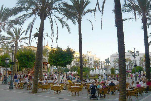 Autrefois utilisé comme arènes (d'où son nom), on y observe désormais notamment un manège, une statue équestre, une fontaine, et des musiciens à l'ombre de palmiers.