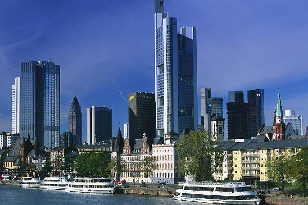Die Frankfurter Skyline wirkt hinter dem Main fast unwirklich