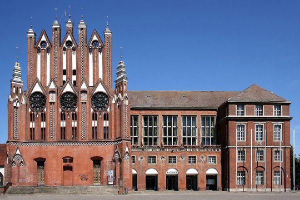 Le Museum für Junge Kunst est un grand bâtiment en briques.