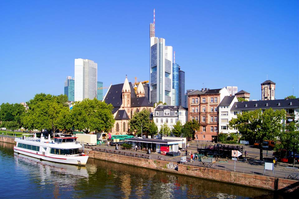 Frankfurt displays the face of a modern city because it was destroyed during the war. Unlike other German cities, it was not rebuilt in its previous form. An important airport where many routes stopover, it offers a pretext for a short stay to shop or visit one of the museums dedicated to modern art or architecture.