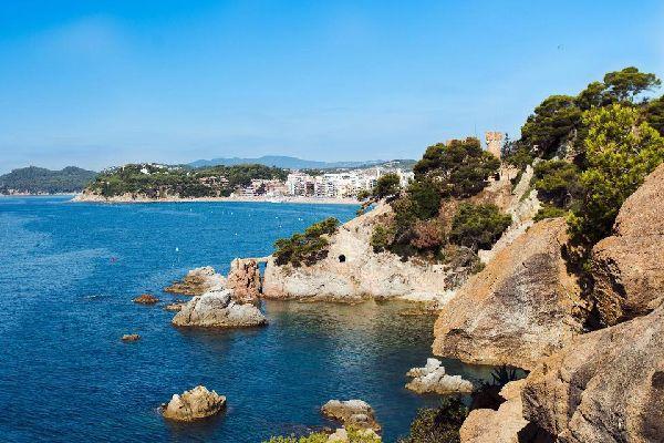 Dieser Ort eignet sich perfekt für Entspannung. Entlang der Küste befinden sich zahlreiche schöne Buchten.