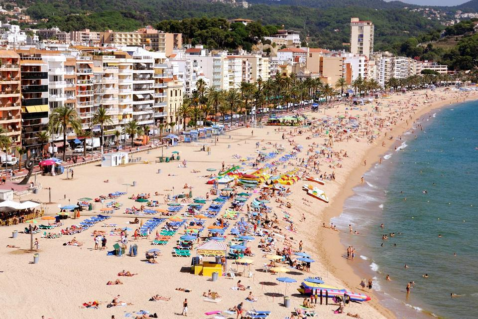 Lloret del Mar is one of the trendiest seaside resorts in the Costa Brava. The beaches near the town centre are thus almost always crowded.