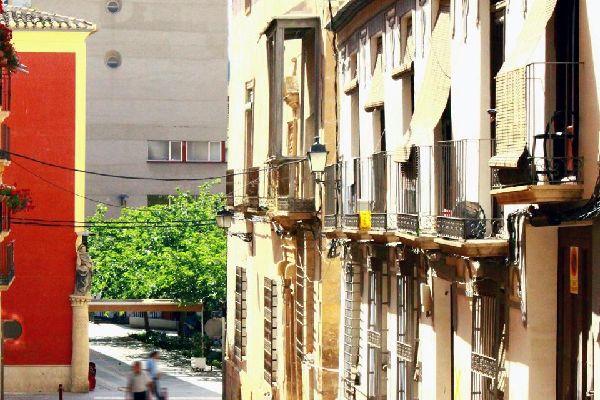Lorca ist wegen der bedeutenden historischen Ruinen im Zentrum als Stadt des Barocks bekannt. Zu den Palästen und Herrenhäusern im Barockstil gehören zum Beispiel der Palacio de Guevara und der Palacio de los Condes de San Julián sowie die Casa de los Mula. Doch sind diese nicht das einzige in der Stadt vorherrschende Kulturerbe. Nebst mehreren Ausgrabungsstätten besitzt sie auch Überreste aus römischer ...