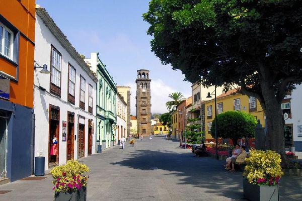 Deuxième ville de Tenerife, San Cristobal de La Laguna est une ancienne ville universitaire du XVIIIème siècle, aujourd'hui encore très animée. Cette jolie cité classée au patrimoine mondial de l'Unesco se distingue par la richesse de ses édifices historiques et de ses vieilles demeures à balcons, caractéristiques de la région. Parmi les monuments les plus remarquables figurent le palais de Nava et ...