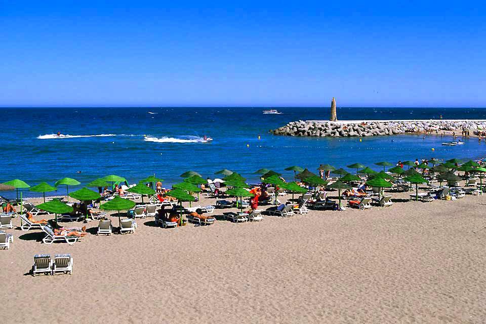 """Rendez-vous sur la destination phare de la Costa del Sol ! Marbella est à l'Espagne ce que Saint-Tropez est à la France : un ancien village typique très """"jet-set"""", qui a conservé son charme malgré le développement galopant des infrastructures touristiques. Les charmantes ruelles fleuries du vieux Marbella, nichées au cœur de la ville, font vite oublier la circulation, le béton et l'animation ..."""