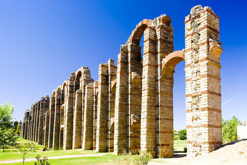 This aqueduct was built in the Albarregas valley in Roman times. It stands 25 metres high.