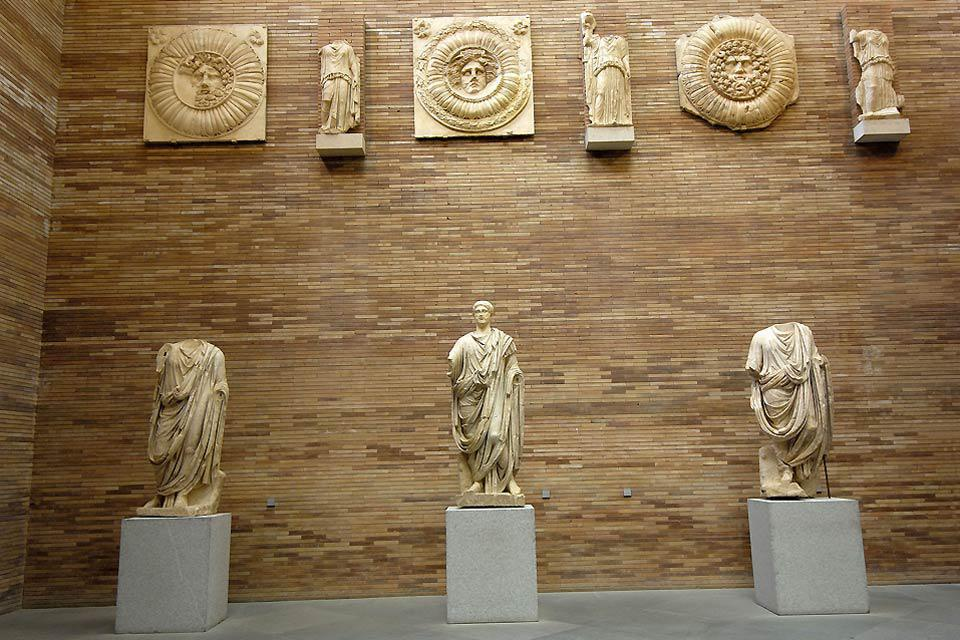 This museum exhibits artefacts dating back to Roman times, most of which have come from the Roman theatre and the villa.