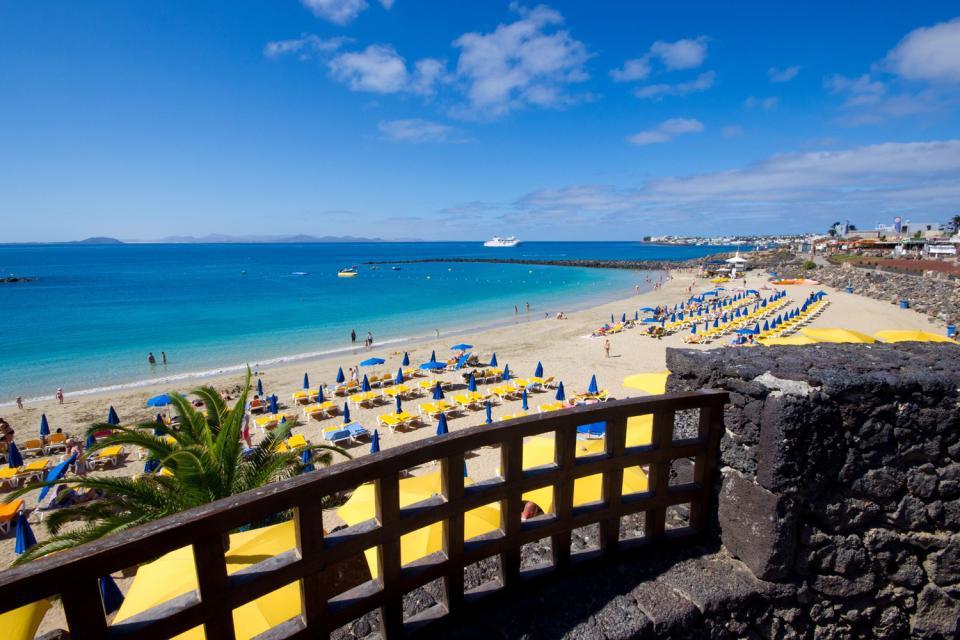 Playa Blanca est la deuxième plus importante station balnaire de Lanzarote, après Puerto del Carmen, mais devant Costa Teguise. Elle se situe à l'extrême sud-ouest de l'île, face à Fuerteventura. C'est de Playa Blanca que partent les ferries pour se rendre à Corralejo, à Fuerteventura. Playa Blanca abrite notamment le Framissima H 10 Rubicon Palace et le Splashworld Lanzasur proposé par Marmara....