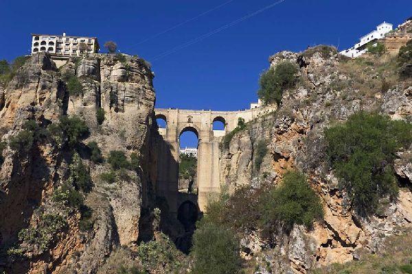 El Puente Nuevo es uno de los emblemas de la ciudad, junto con la Plaza de Toros de la Real Maestranza de Caballería de Ronda.