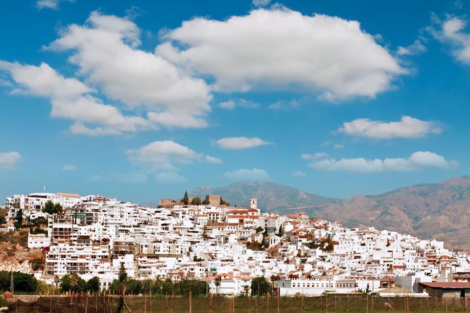 Située à à peine 65 kilomètres de Grenade, Salobreña s'impose comme une excellente alternative pour les voyageurs qui ont passé plusieurs jours à admirer la beauté de L'Alhambra  et qui souhaitent se laisser un peu aller à la farniente en bord de mer. En effet, les plages de Salobreña s'étirent le long de la bien nommée Côte Tropicale. Avec sa plage de sable fin mais aussi ses vestiges du Xème siècle ...