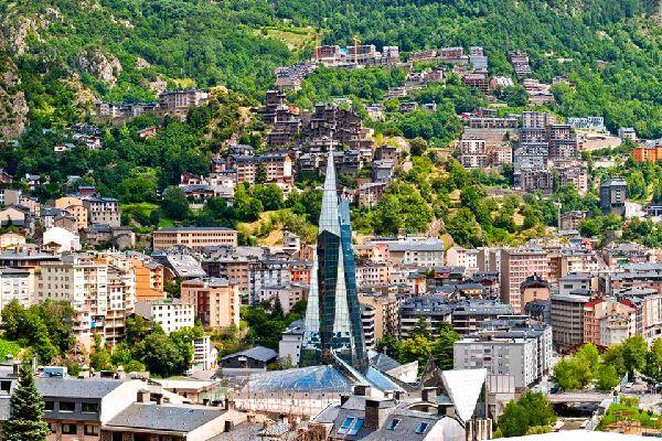 Andorre La Vieille est la capitale de la principauté d'Andorre. Il s'agit de la ville la plus agréable du pays pour faire du shopping et se promener dans les rues du centre-ville. ...