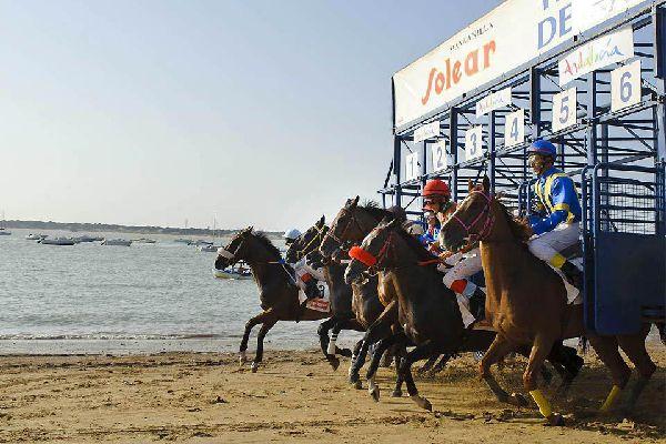 Sanlucar est réputé pour sa fameuse course de chevaux sur sa plage.