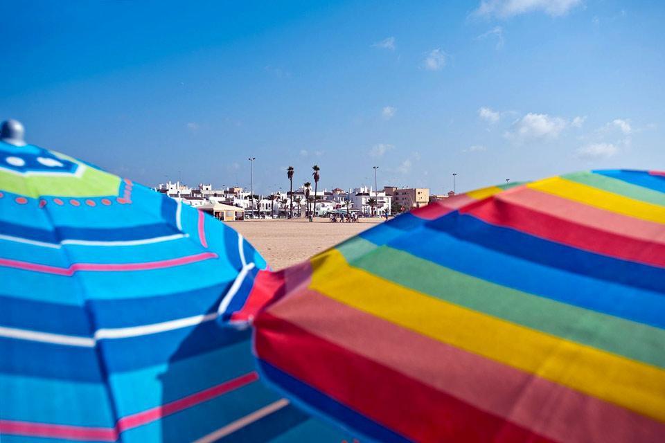 Située à l'embouchure du fleuve Guadalquivir, (qui traverse Séville) et de l'océan Atlantique, Sanlucar est réputé pour sa fameuse course de chevaux sur sa plage. La ville abrite également le palais d'Orléans et de Bourbons, de style neo mudejar, avec de bow windows. Construit au 19ème siècle, c'est une copie de la mosquée de Cordoue ! Il est agréable de se promener à travers ses rues pavées aux belles ...