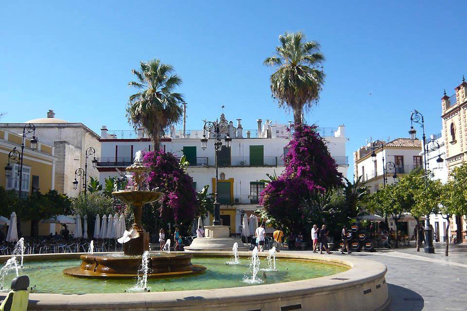 Il est agréable de se promener à travers ses rues pavées aux belles façades, agrémentées de jardins et d'orangers, d'églises en couvent, de marchés en châteaux et plaza.
