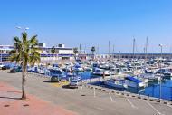 La marina compte 6 mètres de tirants d'eau, 400 anneaux ainsi que 400 emplacements pour y mouiller son navire.