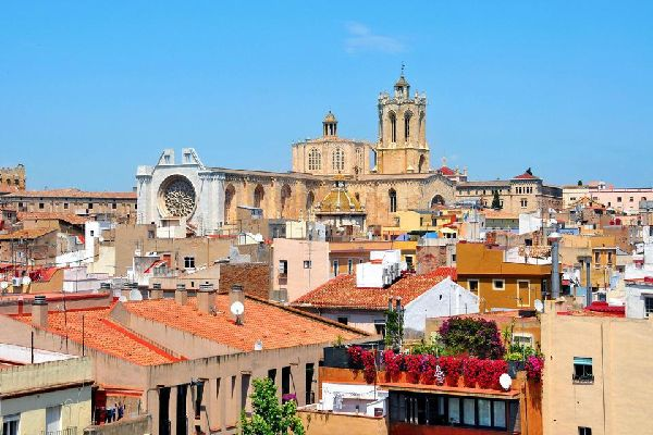 C'est la plus grande cathédrale de Catalogne. Elle mesure 104 mètres de long. Sa construction s'est étalée entre le XIIème et le XIVème siècle.