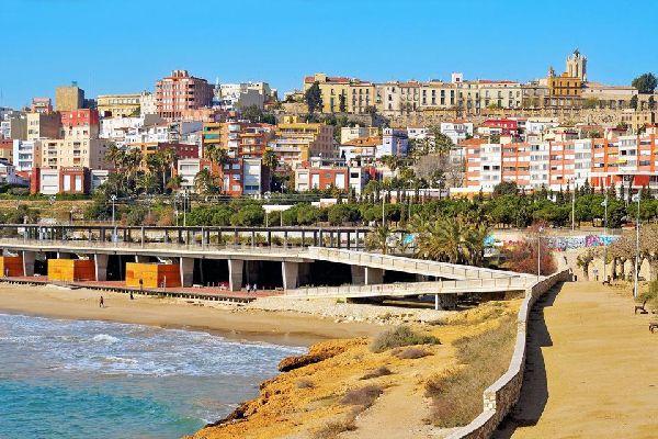 Longue de 500 mètres, c'est l'une des plages les plus près du centre-ville. C'est aussi la plus fréquentée en été. Elle est desservie par le réseau ferroviaire.