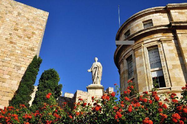 Le musée présente les résultats des fouilles menées depuis 150 ans autour de la ville. On y contemple surtout des reliquats romains.