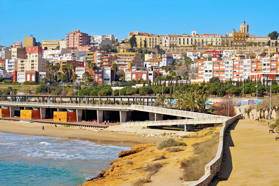 500 meters long, this is one of the closest beaches to the city center. It is also the busiest in summer and is served by the rail network.