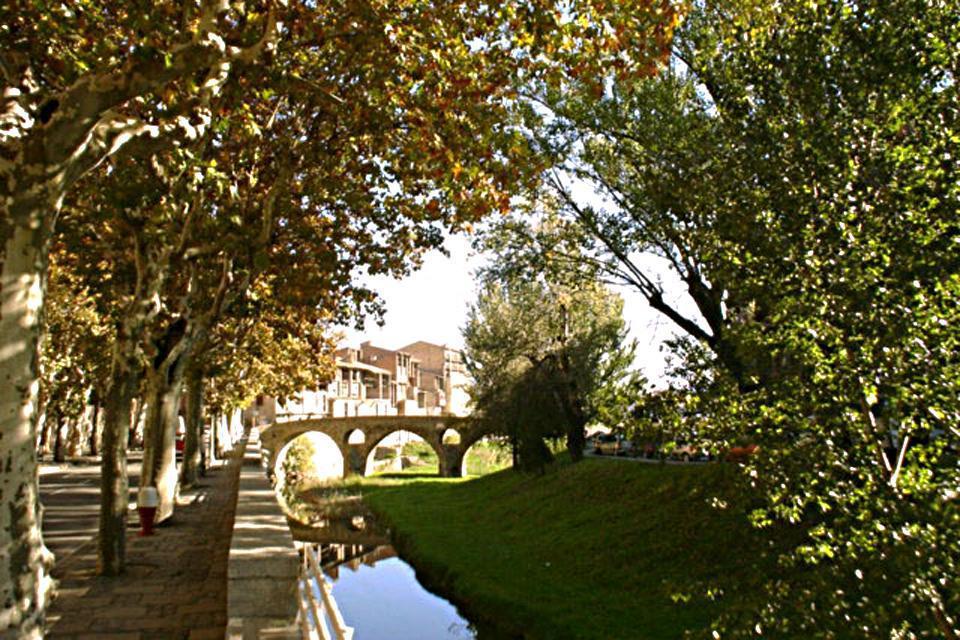 Le viuzze medievali sono costellate da numerosi ristoranti che propongono varie specialità regionali.