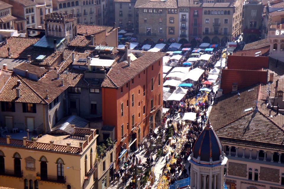 La piazza centrale, o Plaza Mayor, è ricoperta di sabbia, circondata da piccole costruzioni tipiche e merlate.