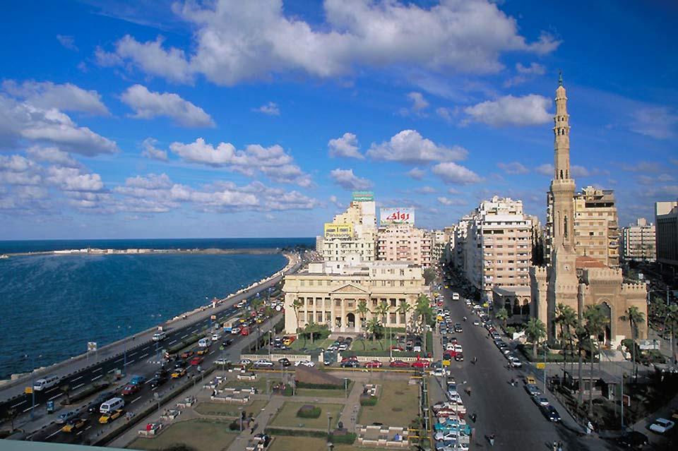 Les 5 km de la Corniche d'Alexandrie qui enserrent le vieux port (aujourd'hui port Est), concentrent le patrimoine historique de la ville.