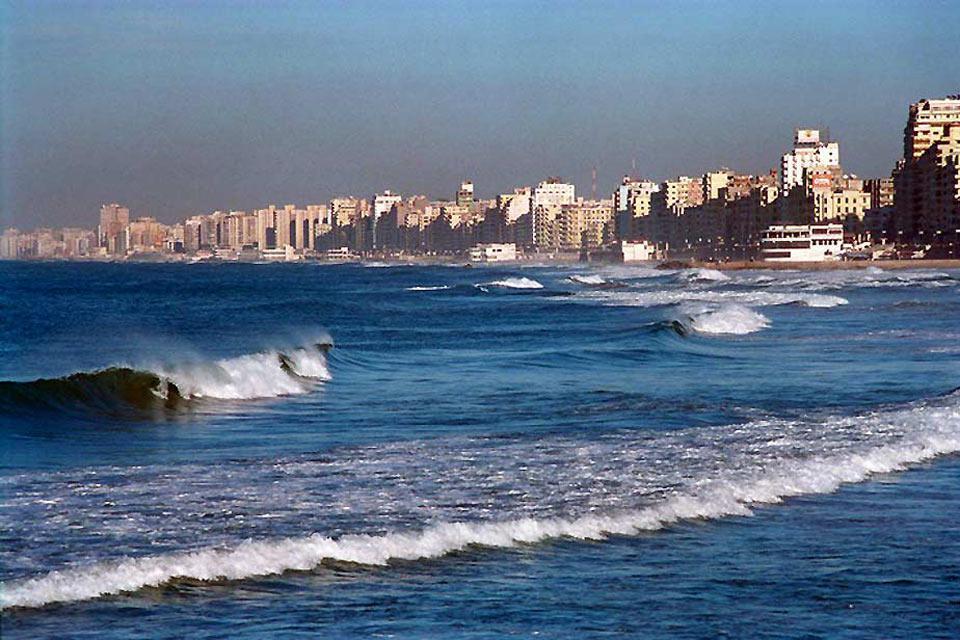 L'agglomération d'Alexandrie s'étend sur plus de 60 km de côte et borde de nombreuses plages. Au sud-est, elle rejoint quasiment la station balnéaire d'Alamein.