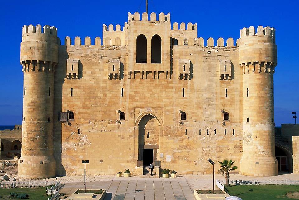 Edifié à la fin du 15e siècle par les Arabes, le Fort de Qaïtbay occupe la place de l'ancien Phare d'Alexandrie et ferme le vieux port à l'ouest.