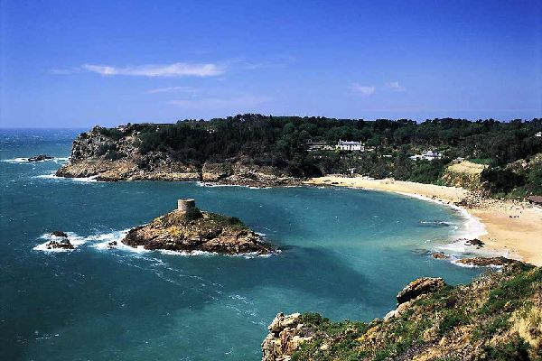 Guernsey ist nicht Jersey und das ist umso besser ! Kleiner (13km lang und 8km breit), weniger bevölkert (60000 Einwohner) und vor allem das geographische Gegenteil: in Jersey, ist die Südküste ein flacher Abhang und größtenteils sandig; in Guernsey sind es die Hügel, die sich zwischen seltenen Buchten ins Meer stürzen. Platz für den Sand an der Nordküste, aber die Strände sind kleiner als auf ...