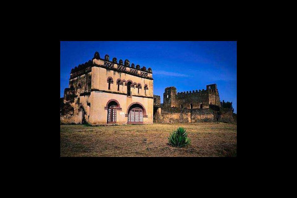 Gondar è stata per 200 anni capitale di un vasto regno, rimane oggi il complesso fortificato dei castelli formato da sei edifici.
