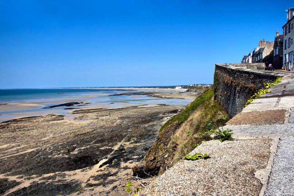 Surnommée « Monaco du Nord » en raison de son promontoire rocheux, Granville est une station balnéaire de la baie du Mont Saint-Michel en Basse-Normandie. Elle est bordée par les eaux du Bosq au nord et par celles de la Saigne au Sud. Située sur la presqu'île de la Pointe du Roc, la beauté des paysages est époustouflante. Le cadre de vie offert par la ville est depuis longtemps apprécier pour sa gastronomie, ...