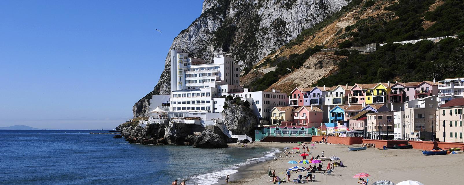 Europe; Espagne; Royaume-Uni; Gibraltar; plage; baignade; parasol; ville; montagne; maison; mer;