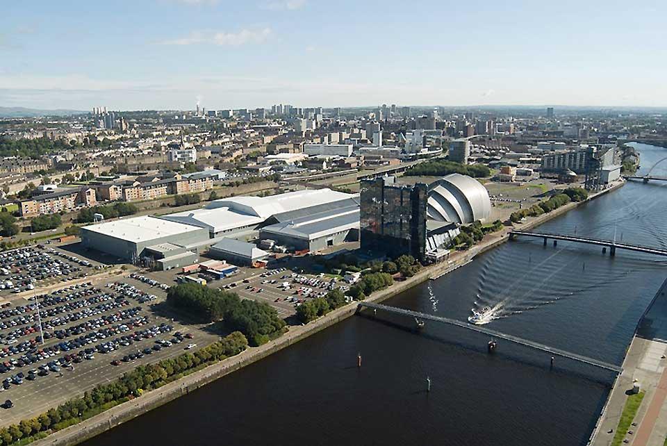 Panorama urbain de Glasgow. La ville se trouve sur les bords de la Clyde au centre-ouest des Basses-Terres d'Écosse.