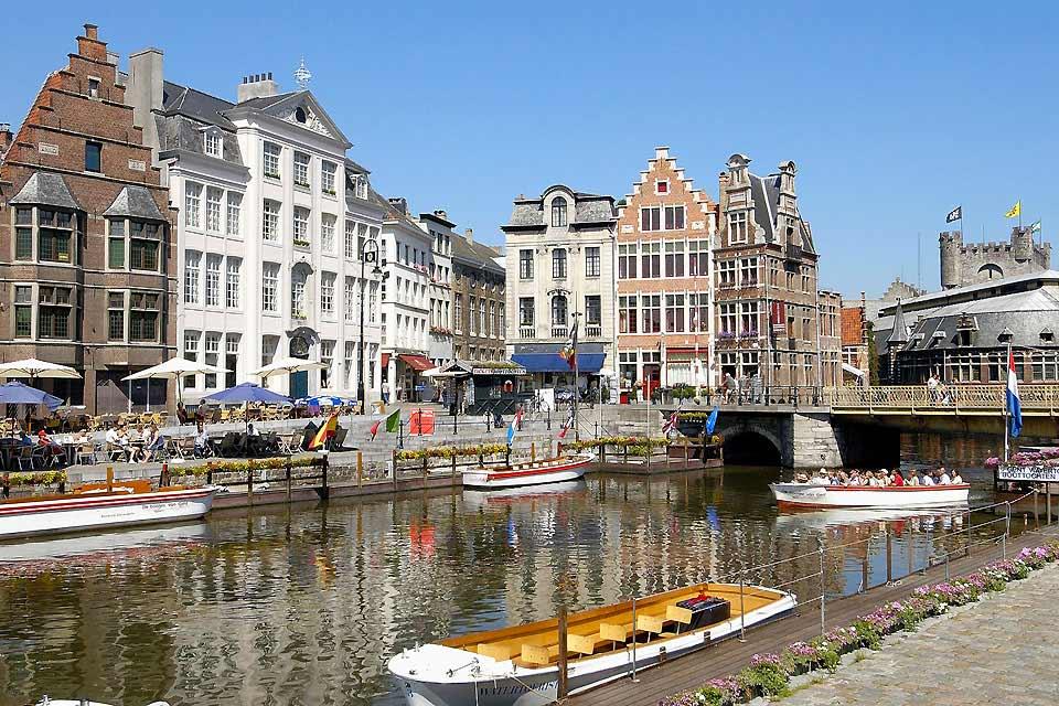 Seconda città delle Fiandre, Gand non gode della fama delle sue consorelle Bruxelles e Bruges. I visitatori che la scelgono non subiranno il benché minimo stress! I monumenti e i musei sono infatti sfuggiti alle orde di turisti che invadono ogni angolo.  Tuttavia la città possiede non poche bellezze che si scoprono lungo le passeggiate nelle vie larghe e nelle piazze arieggiate. Un centro storico magnifico, ...