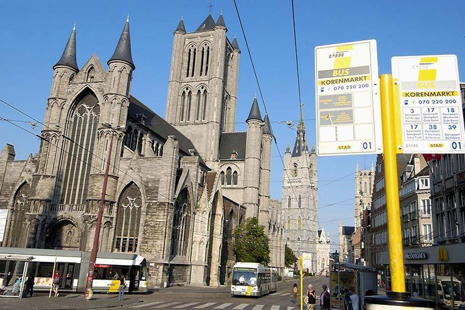 """Questa cattedrale ospita la pala d'altare """"L'Adorazione dell'agnello mistico"""", opera dei fratelli Van Eyck."""