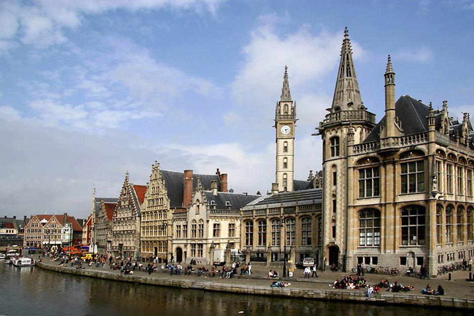 Il centro storico di Gand è percorso da una rete di canali che costituiscono una delle principali attrazioni turistiche della città.