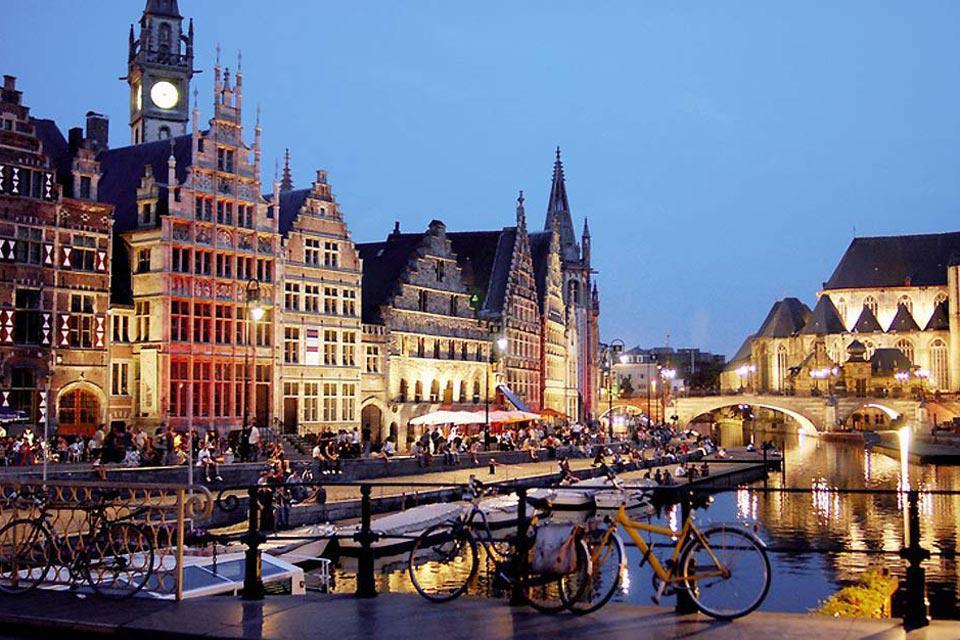 Città natale di Carlo Quinto, Gand offre ai visitatori provenienti da tutto il mondo la possibilità di ammirare i suoi romantici canali e i suoi fantastici monumenti.