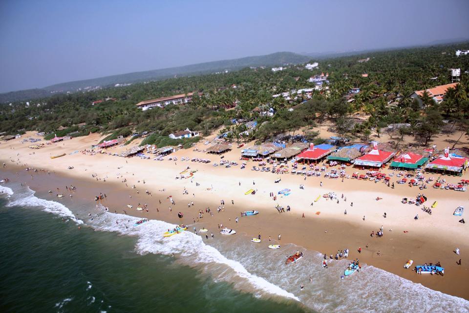 Situé sur la mer d'Arabie et s'étendant sur 3702 km2, l'Etat de Goa est le plus petit territoire de la péninsule indienne. Avec ses 101 km de côtes bordées de plages et de cocotiers, ses eaux cristallines et sa végétation verdoyante, il attire chaque année plus de deux millions de visiteurs. Dans les terres, les plages laissent place aux rizières, cascades et forêts peuplées d'une faune et d'une flore ...