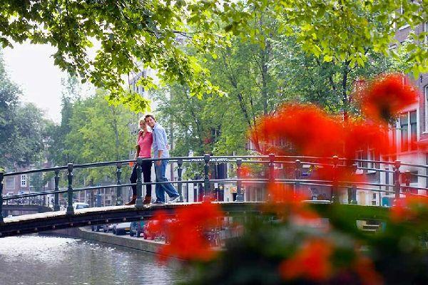 Città dei diamanti per alcuni, paradiso proibito per altri, Amsterdam ospita una varietà di turisti a cui, tra biciclette, tulipani e curiosità, non basteranno due occhi per vedere tutto. Canali, arte, letteratura, architettura, coffee shop... le ricchezze sono tante. Difficile annoiarsi in questa città che fonde in sé tradizione e modernità con un ritmo lento e tranquillo quanto il suo fiume e le ...