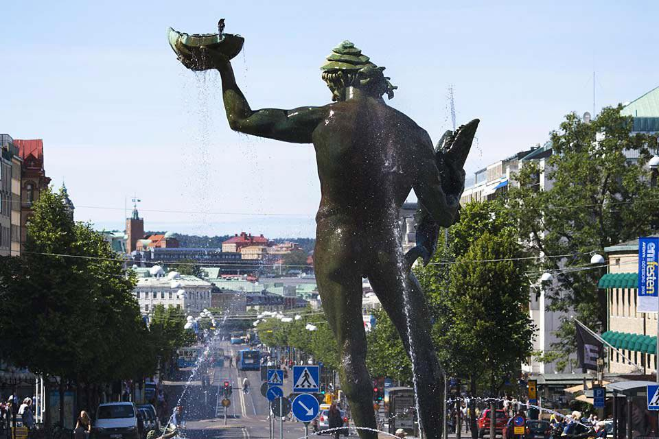 The statue of Poseidon, by sculptor Carl Milles, stands on this square and today constitutes the symbol of the city.