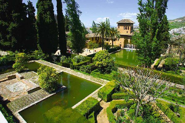 El jardín árabe manifiesta el anhelo por el Paraíso mahometano.