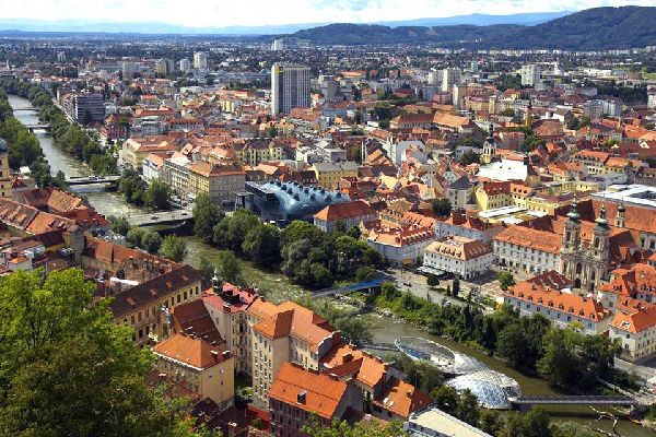 With a population of 250,000, Graz is the second largest city in Austria. Located in the south-east of the country, it is crossed by the Mur.