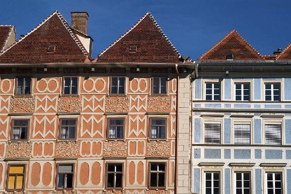 You could really do with a whole day to wander the old streets and admire the stucco façades of the little houses.
