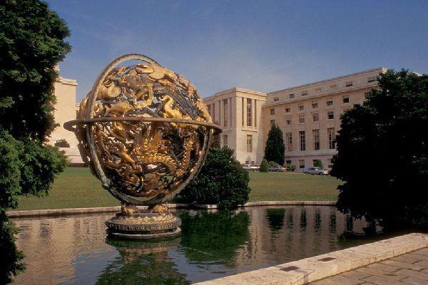 This Armillary Sphere, in gold-plated bronze and conceived by the American sculptor Paul Manship, is found on the grounds of the UN park.