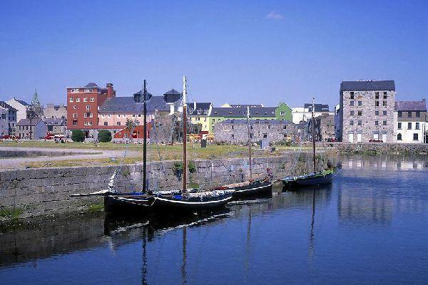 Il porto cittadino è il più centrale dell'Irlanda occidentale ed è situato nella parte orientale della baia di Galway
