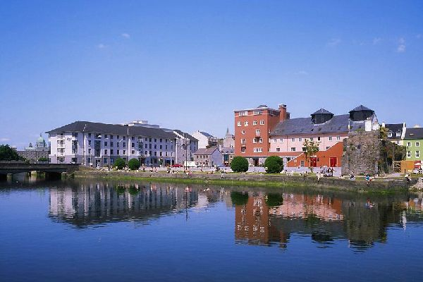 Panoramaansicht der kleinen Stadt Galway vom Meer aus. In der Ferne erkennt man die Kuppel der katholischen Kathedrale, die Mariä Himmelfahrt gewidmet ist.