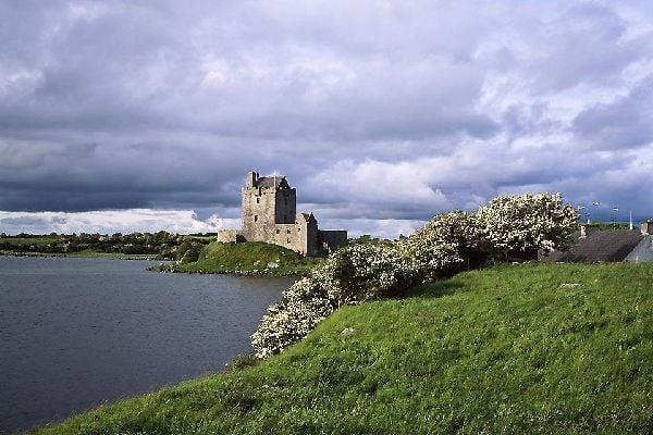 Diese prächtige und gut erhaltene Festungsstadt stammt aus dem 16. Jahrhundert und liegt am Flussufer im südöstlichen Bereich von Galway Bay.