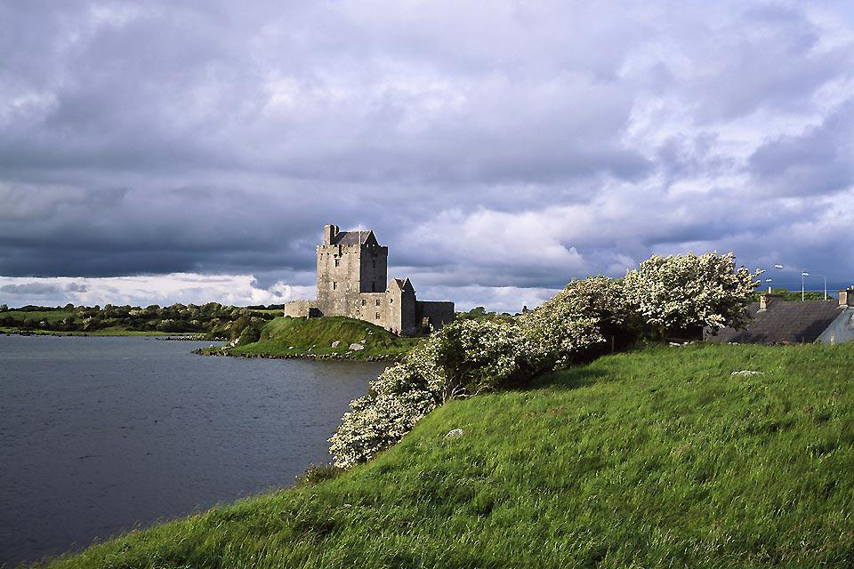 This splendid and well-preserved walled city dates back to the 16th century; it is located on the southeast shore of Galway Bay