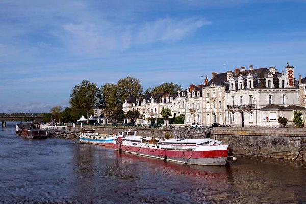 Angers est une petite ville médiévale à la valeur et au charme incontestables : elle a obtenu le prestigieux label des Villes d'Art et d'histoire par la direction de l'architecture et du patrimoine. La capitale de l'Anjou vous transporte dans une autre époque à seulement 1h30 de Paris, tout d'abord avec son château datant du XIIIème siècle qui est l'une des forteresses du Moyen Âge la mieux conservée ...